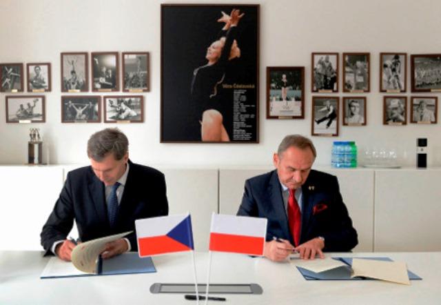 Czech Olympic Committee President Jiří Kejval (left) and Polish Olympic Committee Andrzej Kraśnicki President sign Memorandum of Cooperation in Prague ©POC
