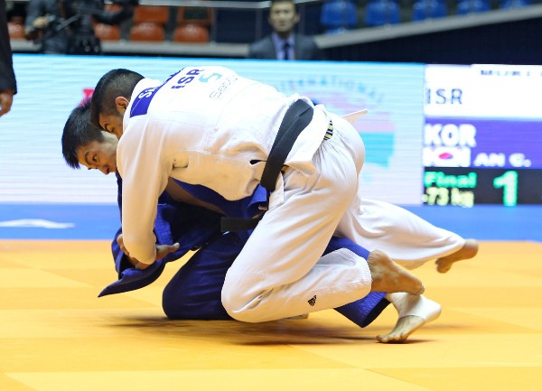 An Changrim (far) defeated top seed Sagi Muki in the men's under 73kg category final ©IJF