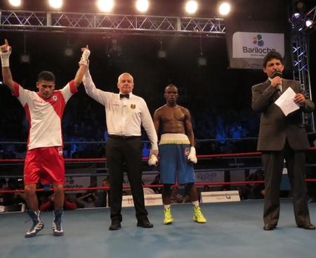 Argentina's Alberto Melian claimed a points victory over Kenya's Benson Gicharu Njangiru ©AIBA Pro Boxing