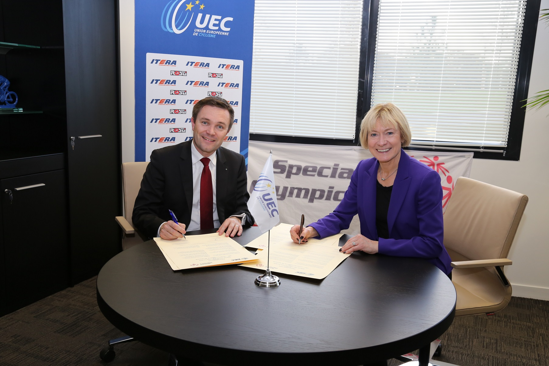 David Lappartient (left), President of the UEC, and Mary Davis (right), regional President of SOEE, at the signing ©UEC
