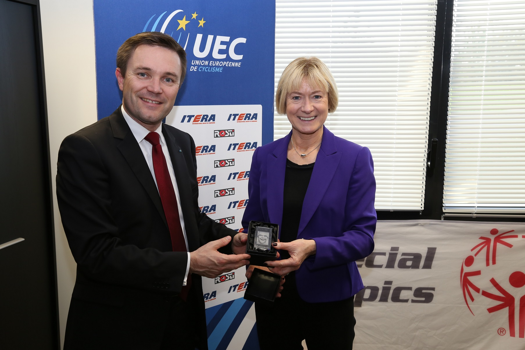 David Lappartient (left), President of the UEC, and Mary Davis (right), regional President of SOEE, commemorate the agreement ©UEC