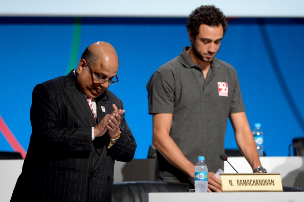 Narayana Ramachandran, pictured with squash champion Ramy Ashour during the sport's unsuccessful bid to be added to the 2020 Olympic programme, has spoken positively about a move towards equal prize money in the sport ©Getty Images
