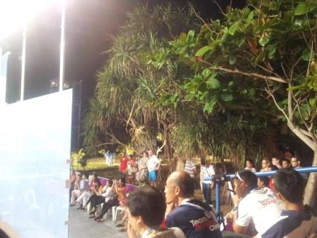 Spectators stood virtually on the beach to watch the squash finals ©ITG