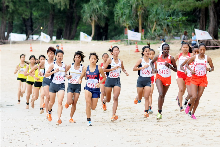 The leading pack on the sand in the early stages of the women's beach cross country race ©Phuket 2014