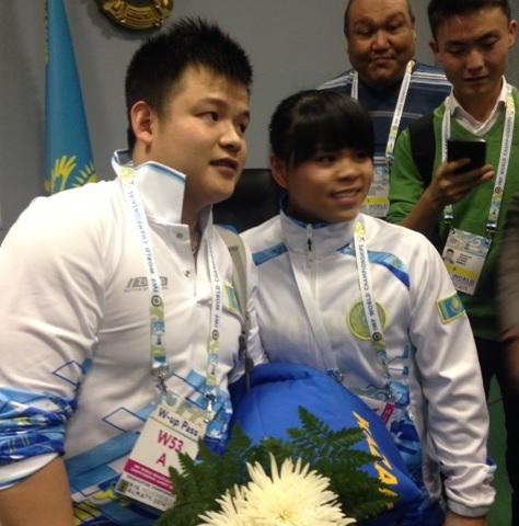 Zulfiya Chinshanlo (right) thanked her husband Ly Yongqing (left) for his support ©Kyzgaldak Yepekova