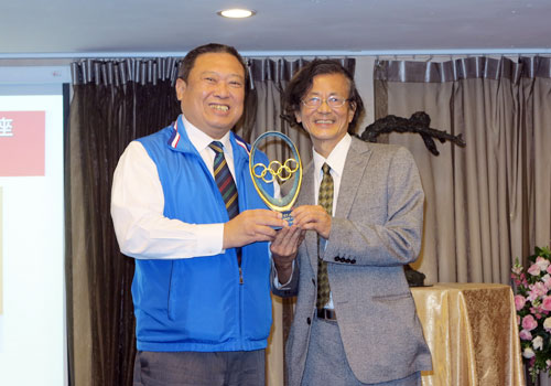 "Chinese Taipei Olympic Committee President Hong-Dow Lin (left) awarded Professor Pu Hao-Ming the 2014 IOC Trophy of ""Sport and Art"" ©Chinese Taipei Olympic Committee"