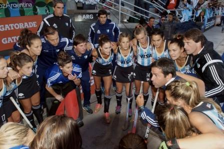 Argentina top Pool A after a dominant win over England ©FIH