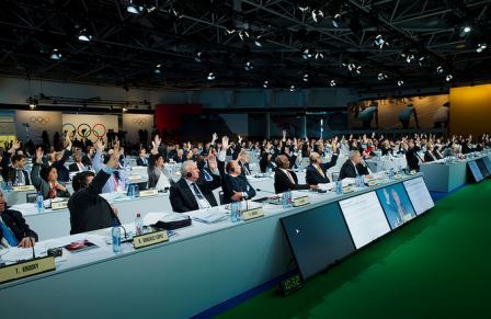 IOC members raise their hands to support the recommendations ©IOC