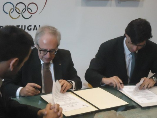 José Manuel Constantino (left), President of the COP, and Jorge Máximo (right), Lisbon city councillor for sports, sign the agreement ©COP
