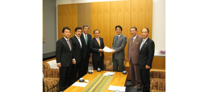 Six officials visited the Prime Minister's official residence in order to meet Shinzo Abe ©WKF