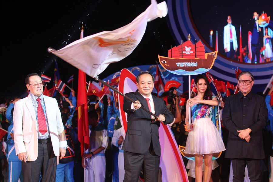 The Olympic Council of Asia Flag is passed to Le Khanh Hai, Vietnamese Deputy Minister of Culture, Sports and Tourism at the Closing Ceremony of Phuket 2014 ©Phuket 2014