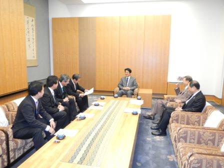 The officials discussed the state of the sport with Prime Minister Abe ©WKF