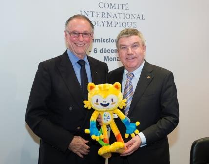 IOC President Thomas Bach and Rio 2016 chief Carlos Nuzman pose with the Rio 2016 mascot following the Executive Board meeting today ©IOC/Ian Jones