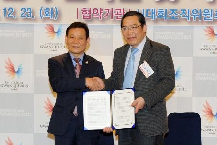 Yoon Jang-hyun (left), Gwangju 2015 President, and Taek-Rim Yoon (right), Chonnam National University Hospital director, at the signing of the agreement ©Gwangju 2015