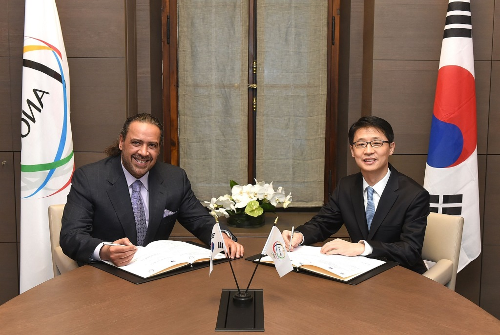 ANOC President Sheikh Ahmad signed an agreement with Joon-ho Kang, director and professor of the Dream Together Master Programme at Seoul National University  ©ANOC