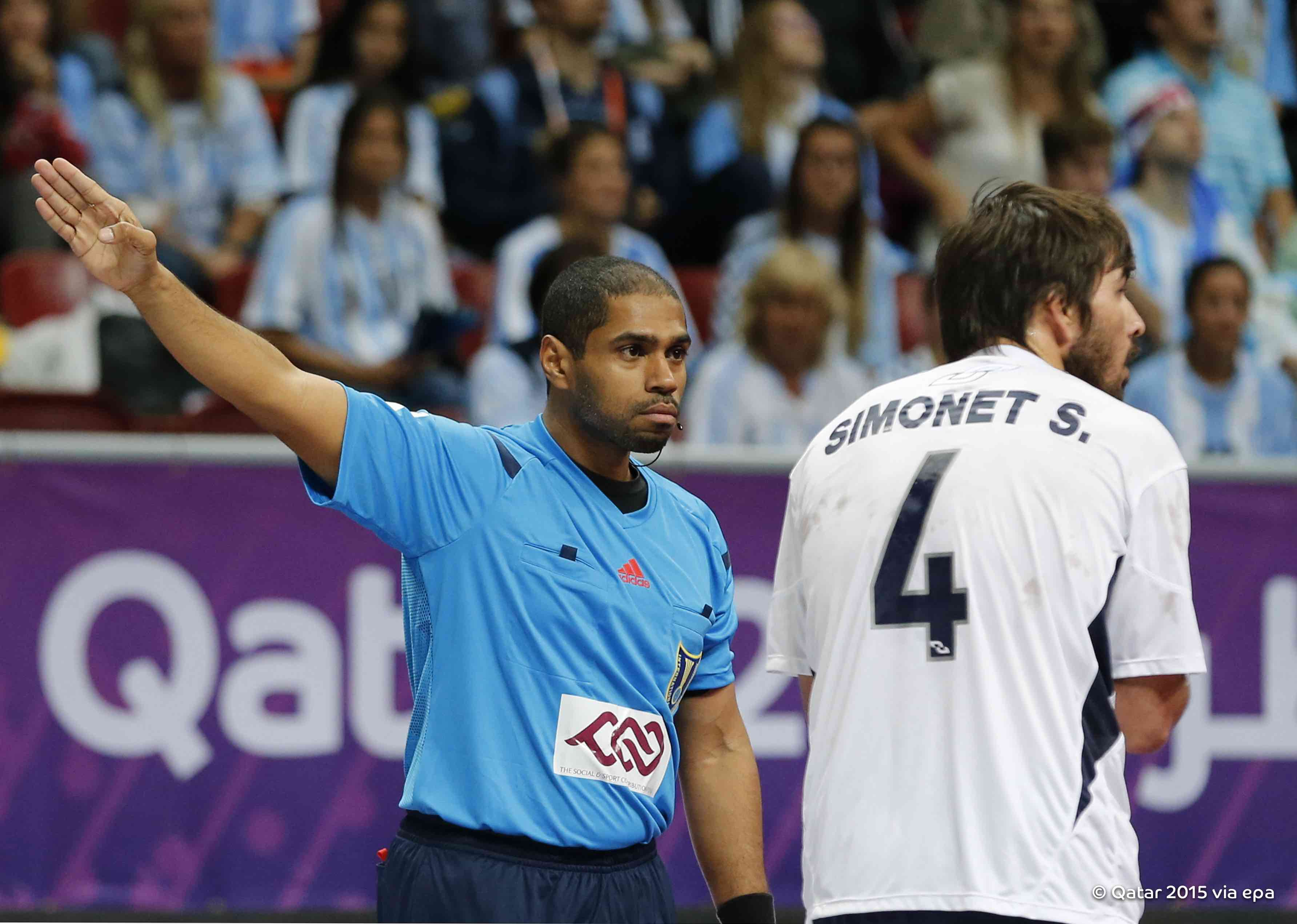 Argentina's Sebastian Simonet was sent off after quarter of an hour of the crucial qualifier with Russia, but his side held on to win 30-27 and claim a place in the last 16 ©Qatar2015