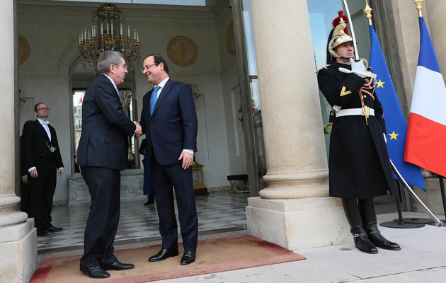 French President François Hollande, right, pictured with IOC President Thomas Bach, is among those to have indicated support for a fresh Parisian attempt for the 2024 Games ©Présidence de la République/L Blevennec