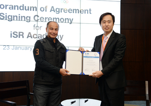 Husain Al-Musallam (left), an ANOC official, poses with Ji Suk Chae, iSR Foundation secretary general, after signing the Memorandum of Agreement ©OCA