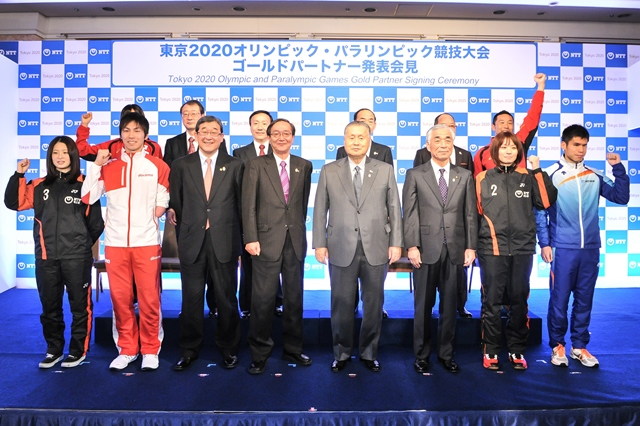 Japanese triathletes, Youth Olympic Games gold medallist Yuka Sato and three-time Olympian Hirokatsu Tayama, joined Tokyo 2020 and NTT officials at the signing ceremony ©Tokyo 2020