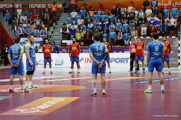 Spain and Slovenia's players observe a minute's silence before their match to honour the passing of the King of Saudi Arabia ©Qatar2015