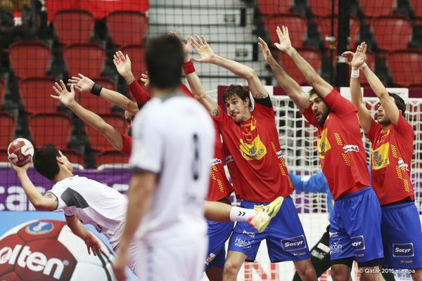 Spain strain for the ball - but the defending champions were not really stretched as they confirmed a place in the Qatar 2015 World Handball Championships last 16 with a 37-16 win over Chile ©Qatar2015