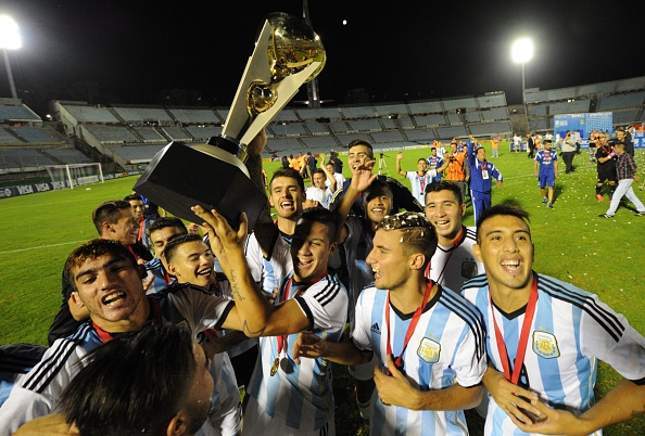 Argentina celebrate winning the South American Under-20 tournament and qualifying for Rio 2016 ©AFP/Getty Images