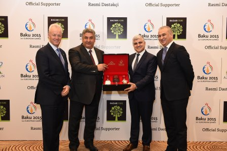 Baku 2015 chief operating officer Simon Clegg (left) and chief executive Azad Rahimov (second left) alongside the representatives from Azersun and Bazarstore ©Baku 2015
