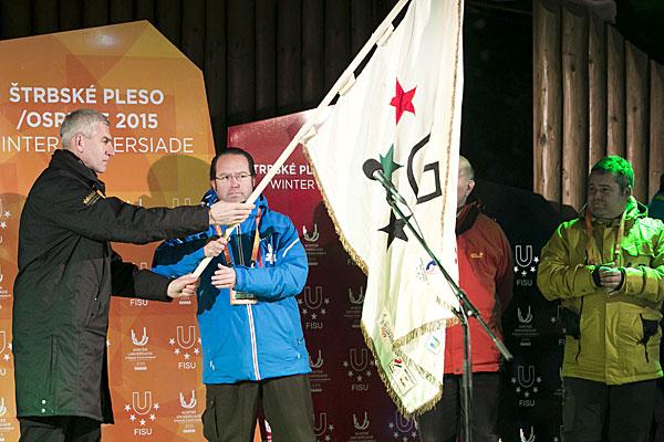 Oleg Matytsin presents the FISU Flag to the Granada delegation ©FISU