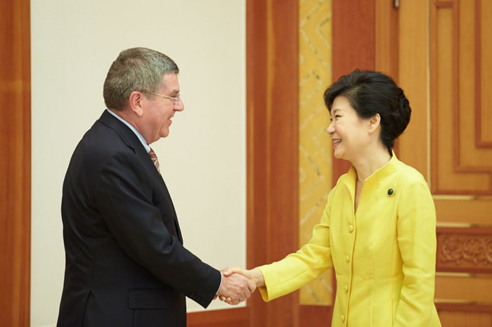 South Korean President Park Geun-hye, meeting IOC head Thomas Bach, has urged major companies to back Pyeongchang 2018 ©IOC