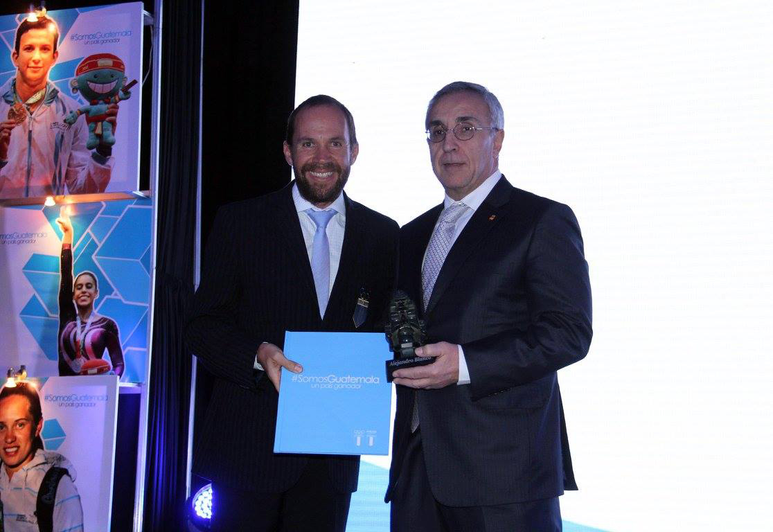 Spanish Olympic Committee President Alejandro Blanco (right) was given the highest honour by the Guatemalan Olympic Committee for his continued help in developing the sport across the country ©COE