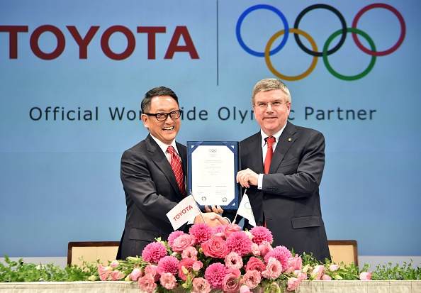 Akio Toyoda (left) President of Toyota and IOC counterpart Thomas Bach display the signing of Toyota's TOP sponsorship last week ©Getty Images