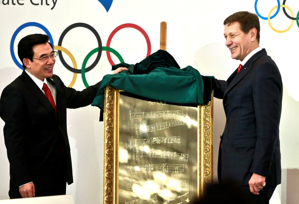 Beijing Mayor and bid leader Wang Anshun (left) and IOC Evaluation Committee chairman Alexander Zhukov exchanging gifts following the closure of the five-day meeting ©Beijing 2022