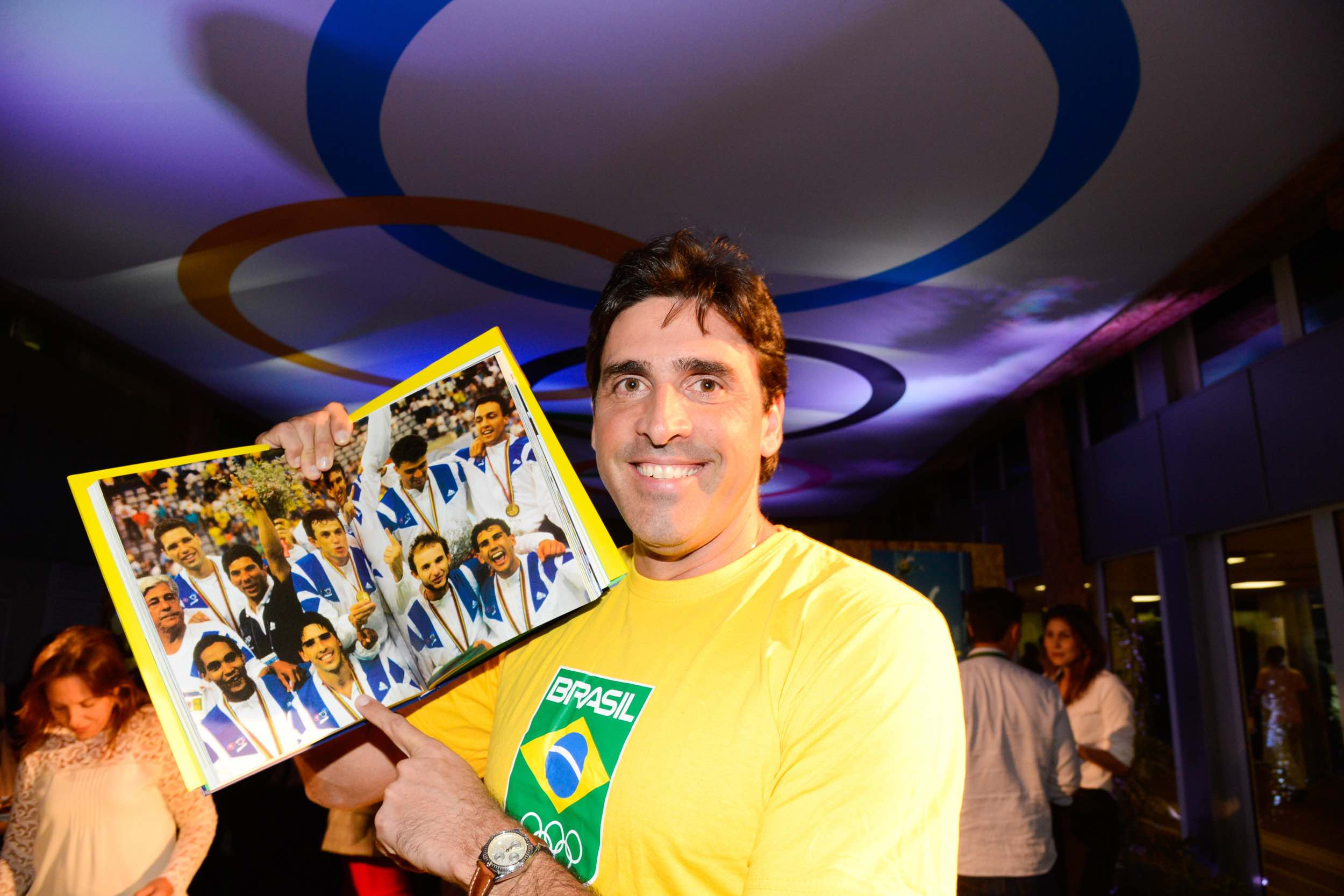 Giovane Gávio points himself out in a photo of the gold medal winning Brazilian 1992 Olympic volleyball team ©Rio 2016/Alex Ferro