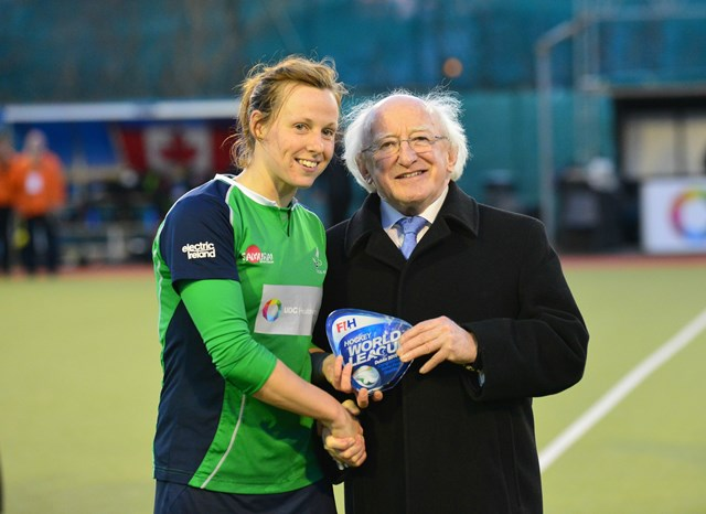 Ireland captain Megan Frazer receives the HWL Round 2 trophy from President of Ireland, Michael D Higgins ©FIH/Adrian Boehm