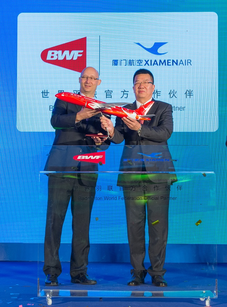 BWF Secretary General Thomas Lund and Zhao Dong deputy general manager of Xiamen Airlines exchanged gifts to launch the partnership ©BWF