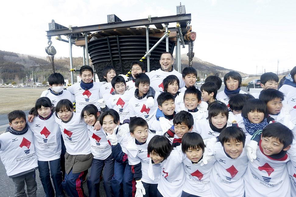 Koji Murofushi cleaned the Tokyo 1964 Olympic Cauldron with school children ©Shugo Takemi