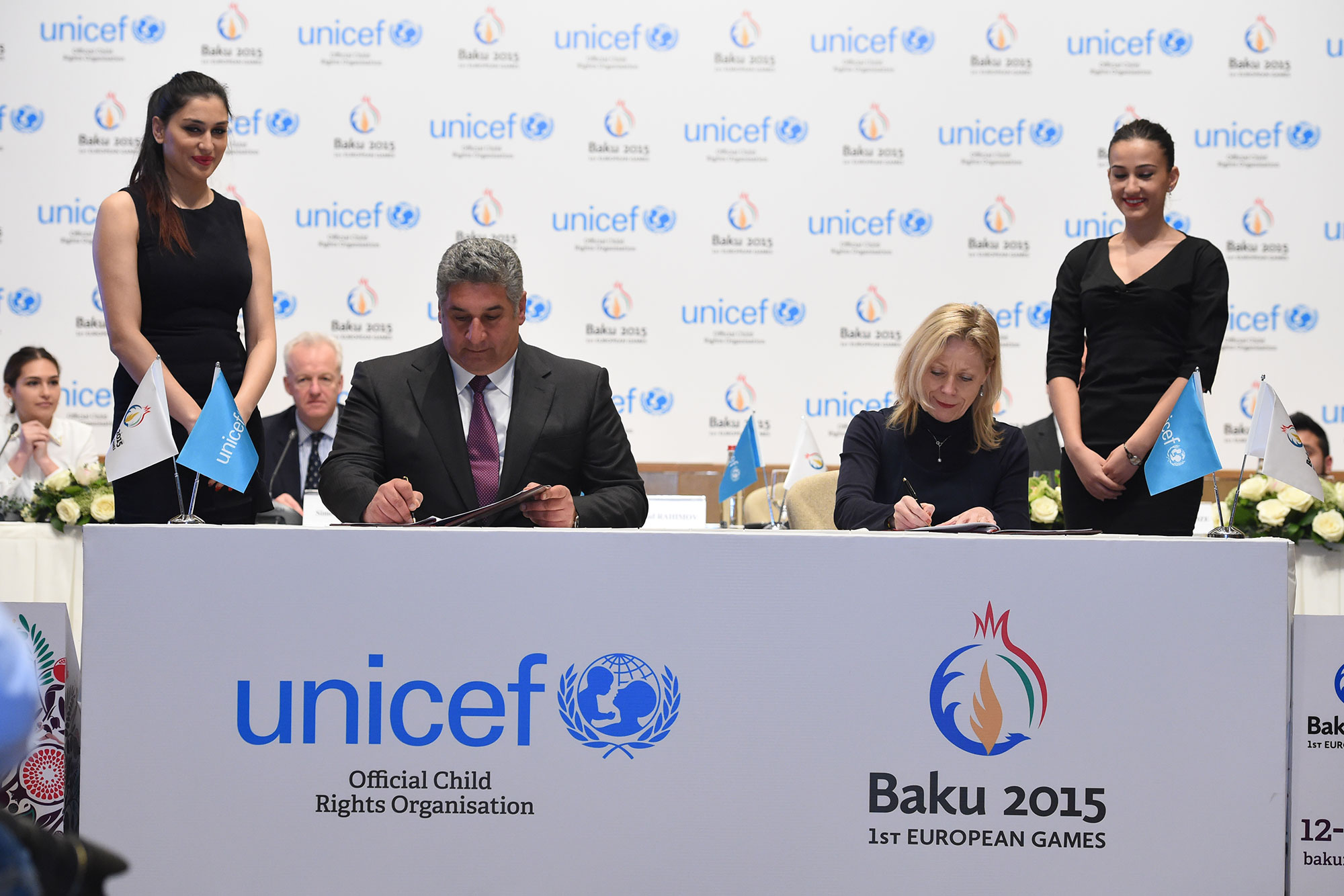 Minister Rahimov and Ms Poirier sign the historic agreement ©Baku2015
