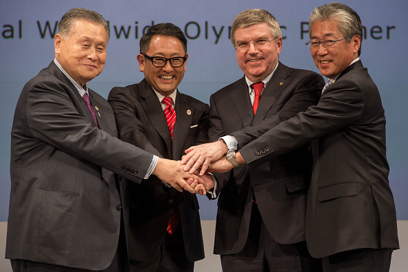 Yoshirō Mori (left), President of Tokyo 2020, and Tsunekazu Takeda (right), chairman of the IOC's Marketing Commission, join Akio Toyoda and Thomas Bach in marking the agreement ©Getty Images