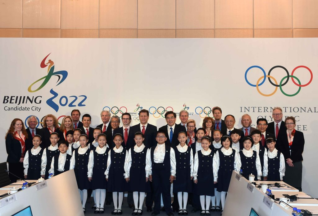 Young Chinese singers pose with the IOC Evaluation Commission and Beijing 2022 officials ©Beijing 2022