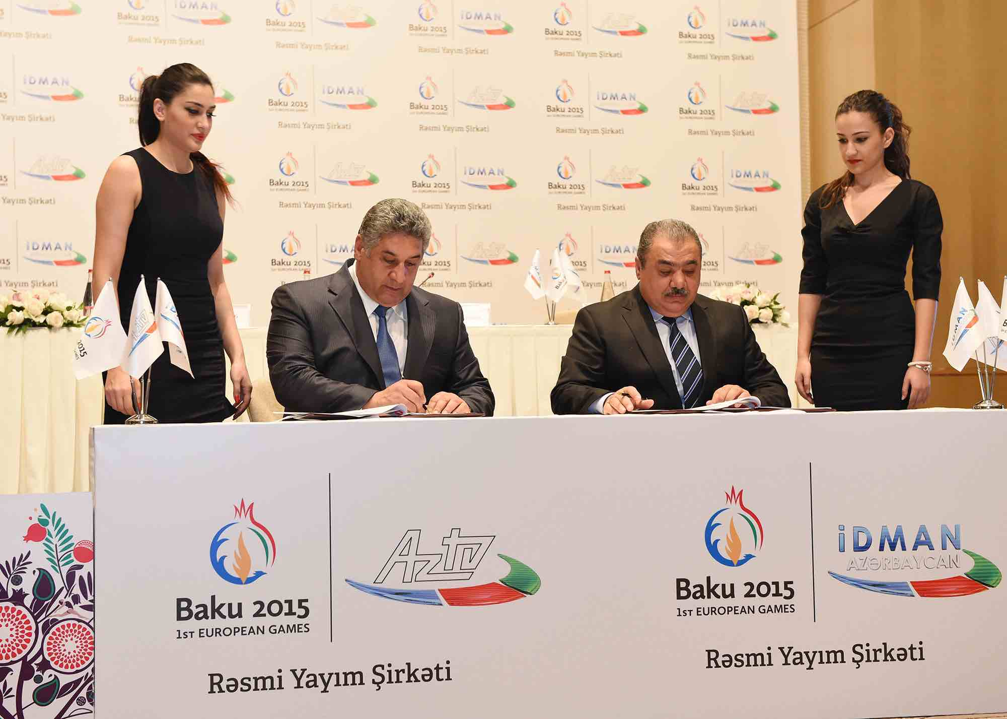 Azad Rahimov and Arif Alishanov signing the broadcast contract ©Baku 2015