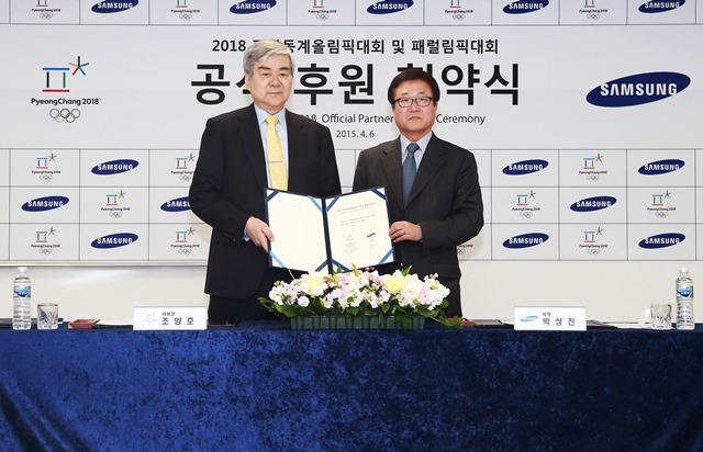 Cho Yang-ho (left), President of Pyeongchang 2018, and Park Sangjin (right), President of corporate relations at Samsung, hold the agreement ©Pyeongchang 2018