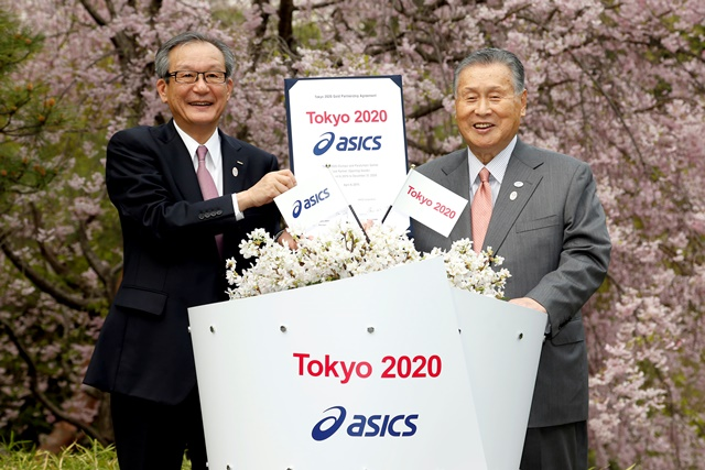 Motoi Oyama (left), President, chief executive and representative director of Asics, and Yoshirō Mori (right), Tokyo 2020 President, at the signing ceremony ©Tokyo 2020
