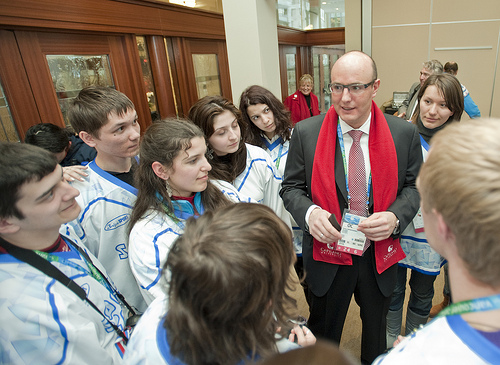 Dmitry Chernyshenko_with_Sochi_2014_volunteers
