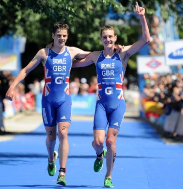 Alistair_Brownlee_crosses_line_with_Jonathan_Madrid_June_4_2011