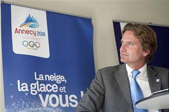 Charles_Beigbeder_in_front_of_logo_Paris_April_19_2011