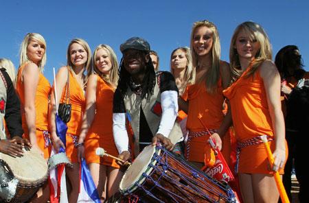 Dutch_women_in_mini_skirts