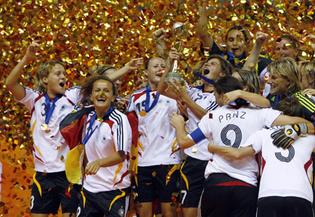 Germany_lifting_womens_World_Cup_trophy_2007