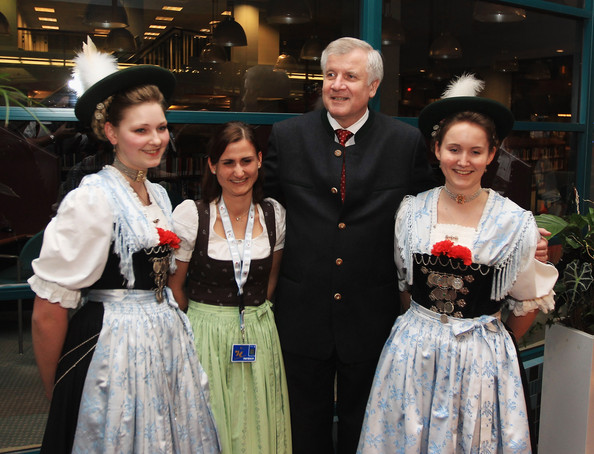 Horst_Seehofer_with_women_in_traditional_Bavarian_custom