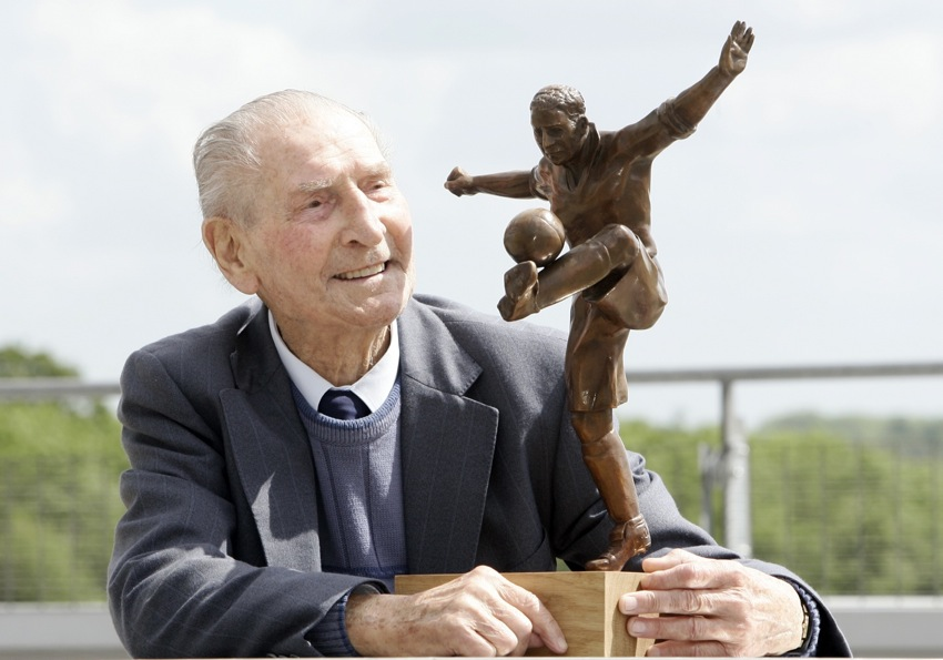 Ivor_Powell_with_statue_of_himself