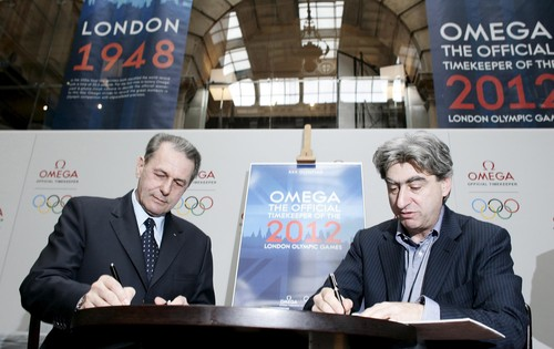 Jacques_Rogge_signs_deal_to_renew_deal_with_Omega_2009